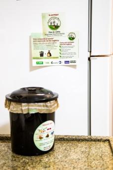 O kit era 1 lixeirinha, 100 sacos compostáveis e material informativo com o resumo do apresentado nos Workshop com a comunidade.