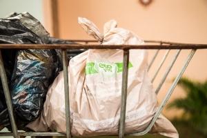 Os resíduos orgânicos segregados e destinados para a compostagem em sacos compostáveis.
