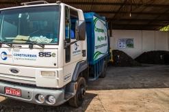 Descarregamento dos resíduos orgânicos em sacos compostáveis na usina de compostagem.